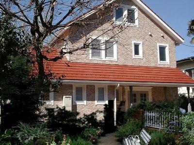 八王子の注文住宅会社・天草ハウジングの大きい赤い屋根が際立つ北欧型のデザイン施工事例